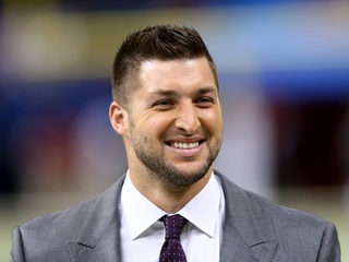Tebow leads plane in prayer during emergency