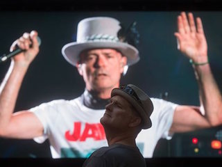 Lead singer of Tragically Hip plays 1 last show