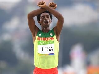 Ethiopian marathoner makes dangerous gesture